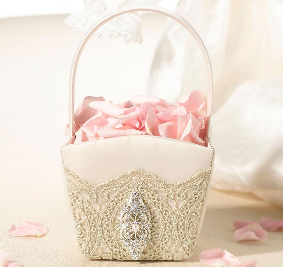 cesta dorada con broche